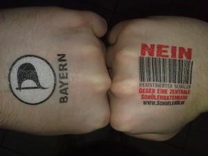Hand mit Schüler-ID Tattoo
