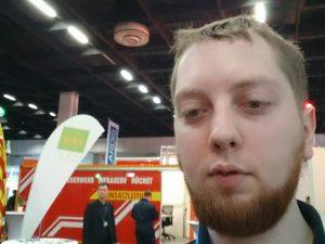 Selfie von mir, im Hintergrund Einsatzleitcontainer der Werksfeuerwehr InfraServ Höchst.